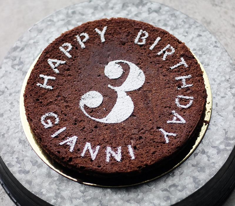 粉砂糖を使ってステンシルでデコレーションした小麦粉不使用チョコケーキ